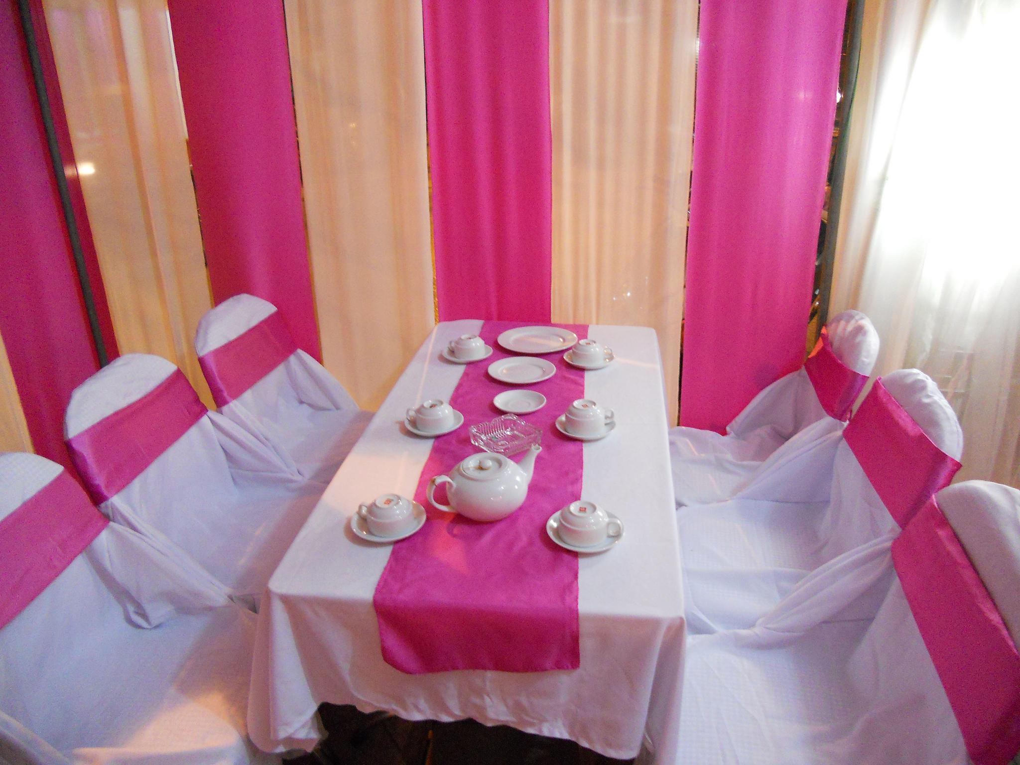 Bàn ghế cưới hỏi trắng hồng