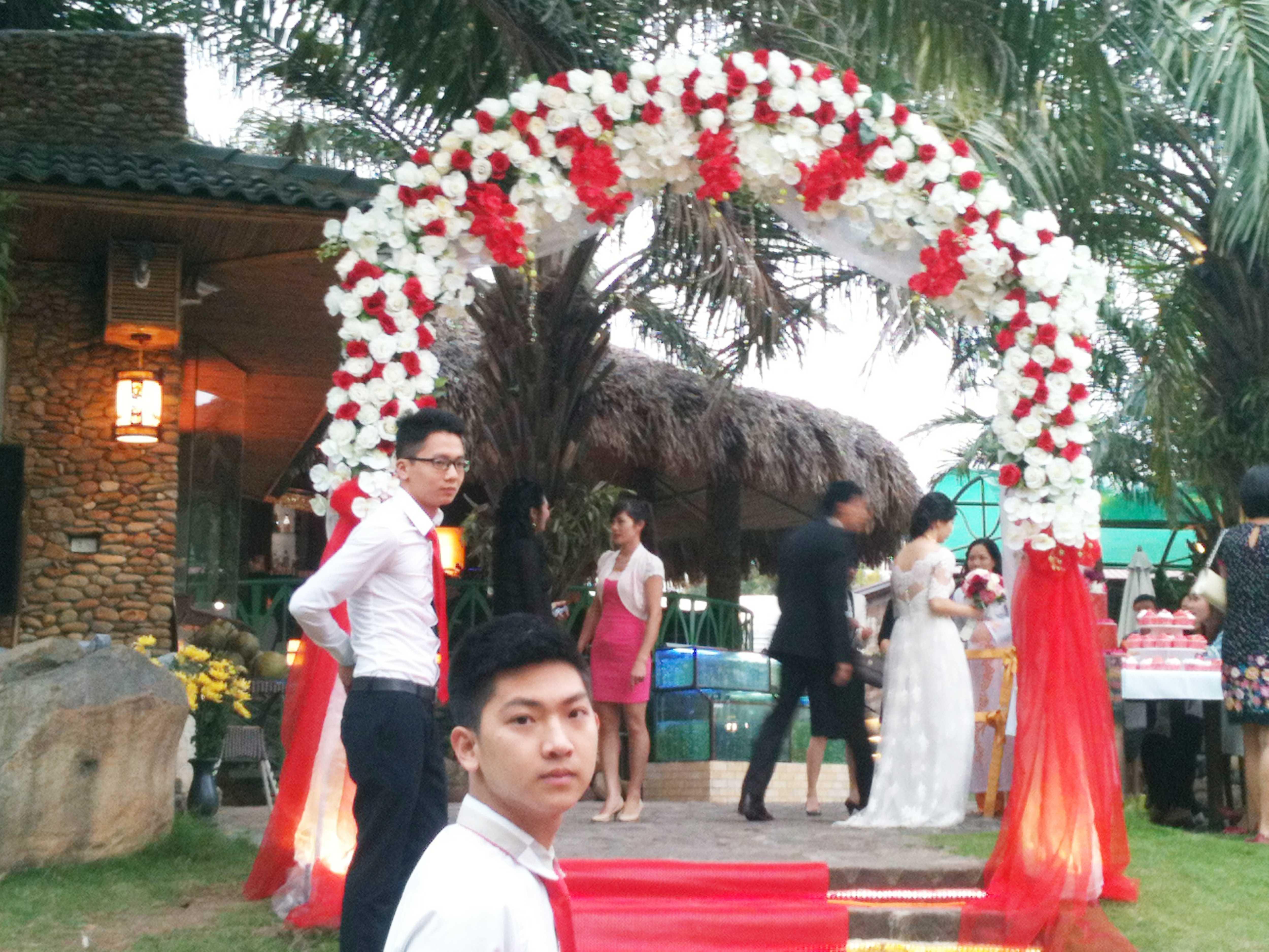 Cổng hoa lụa trắng đỏ 3