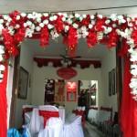 Cổng hoa lụa trắng đỏ